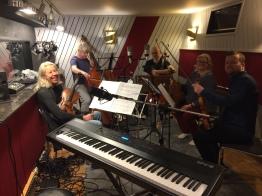 Från vänster: Anna-Carin Löfstedt viola, Sven-Erik Johansson kontrabas, Johan Kyllmar cello, Sofia Wänström och Andreas Forsman fiol